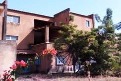 Terrain de 1 422 m², abritant une Villa de deux étage qui laisse 800 m² libre.