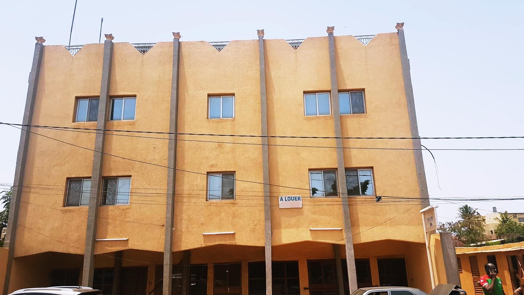 Bureaux à louer: Immeuble R+3 à Karpala.